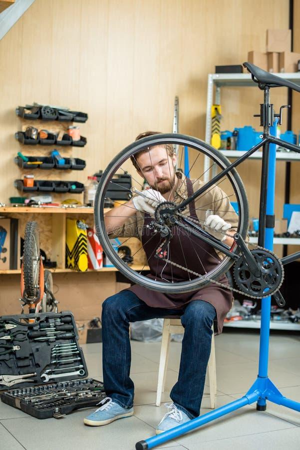 Mężczyzna naprawiania koło obraz stock