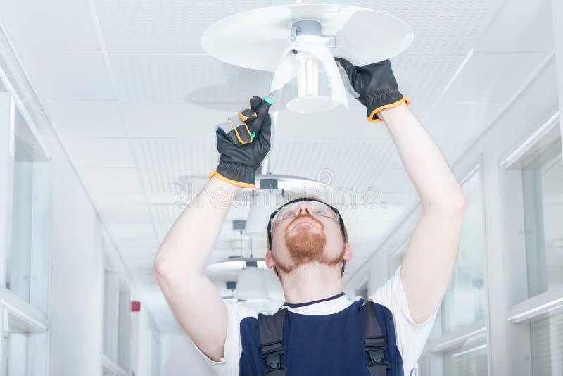 Mężczyzna naprawiania lampa obraz royalty free