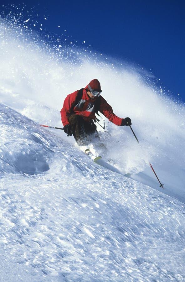 Mężczyzna narciarstwo Na Halnym skłonie zdjęcie stock