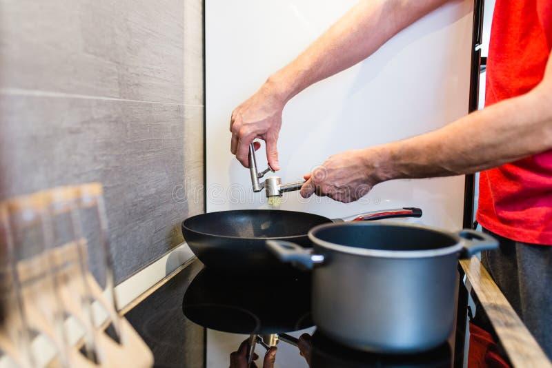Mężczyzna narządzania gość restauracji zdjęcia stock