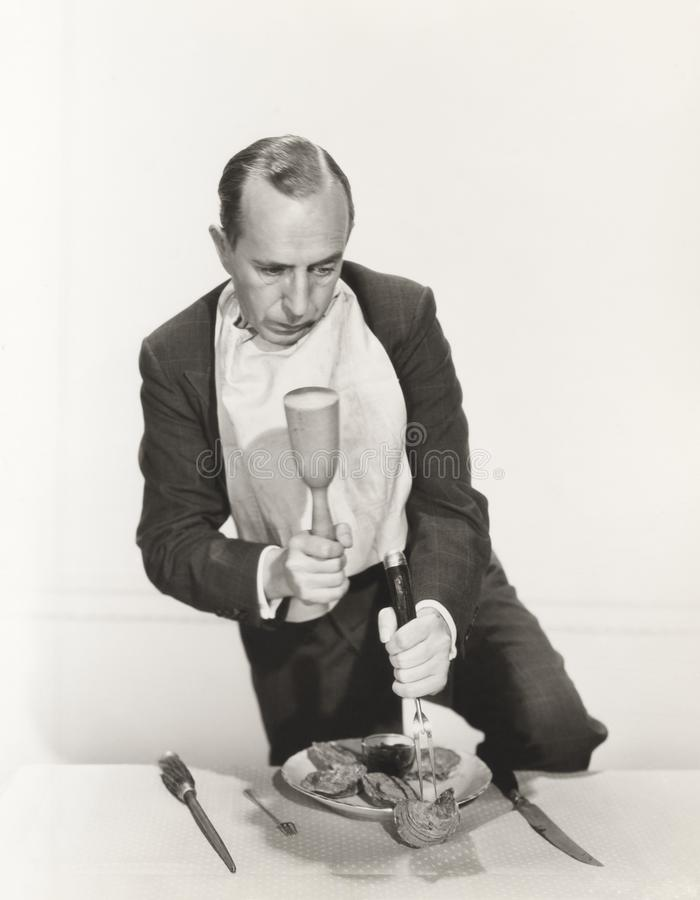 Mężczyzna narządzanie pękać otwartą ostrygową skorupę z dobniakiem fotografia royalty free
