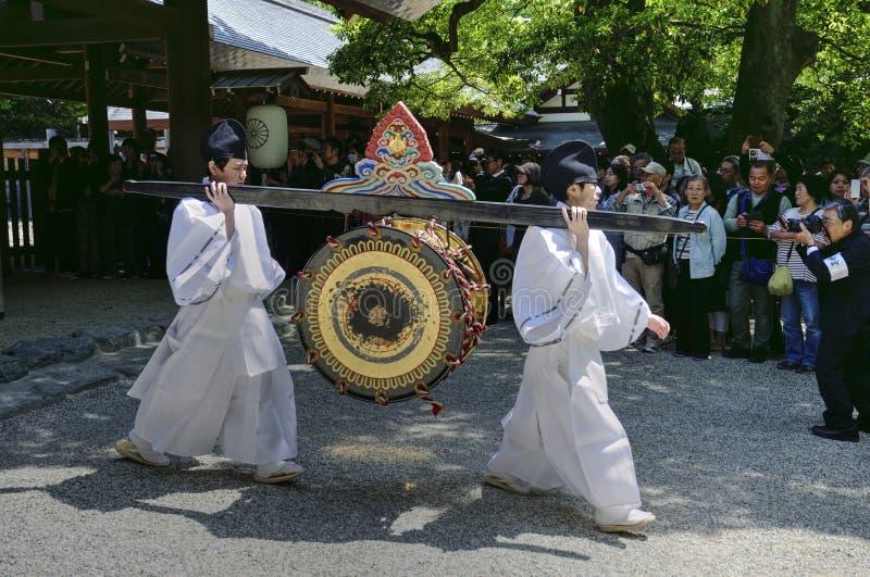 Mężczyzna niesie bęben w Atsuta świątyni, Nagoya, Japonia