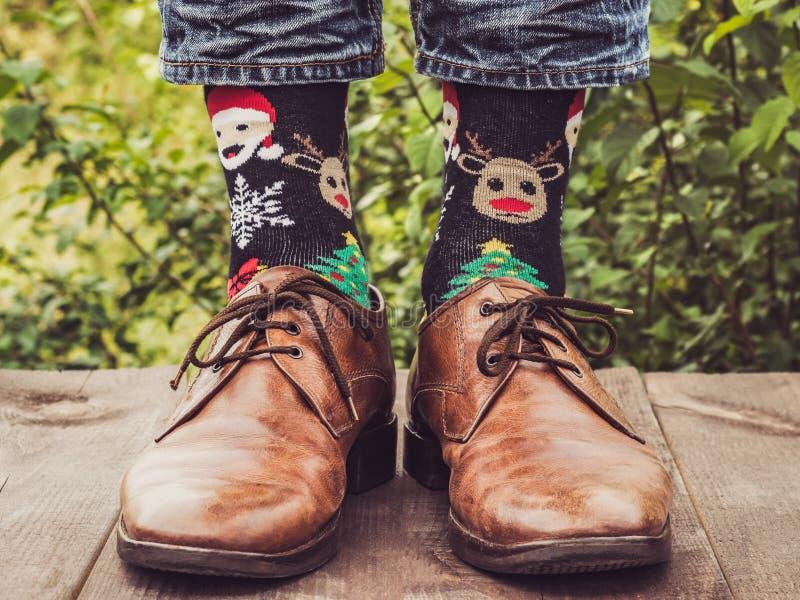 Mężczyzna nogi w eleganckich butach, jaskrawe, różnobarwne skarpety, obrazy royalty free
