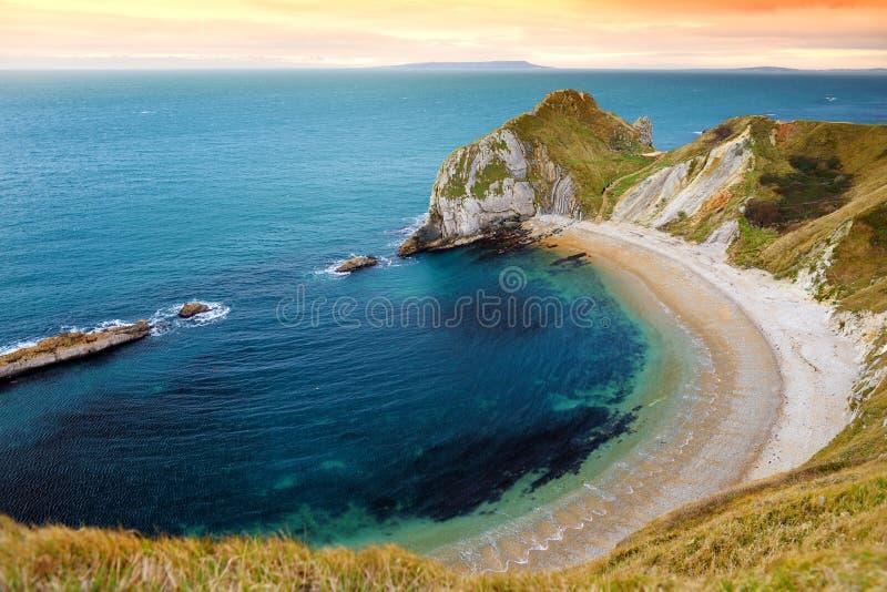 Mężczyzna O ` Wojenna zatoczka na Dorset wybrzeżu w południowym Anglia między headlands Durdle drzwi zachód i mężczyzna O wojny g zdjęcia royalty free
