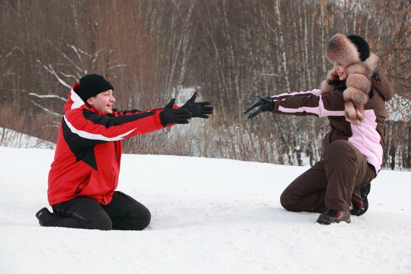mężczyzna obsiadania śniegu kobieta obraz royalty free