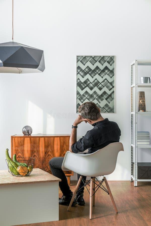Mężczyzna obsiadanie na krześle obrazy stock