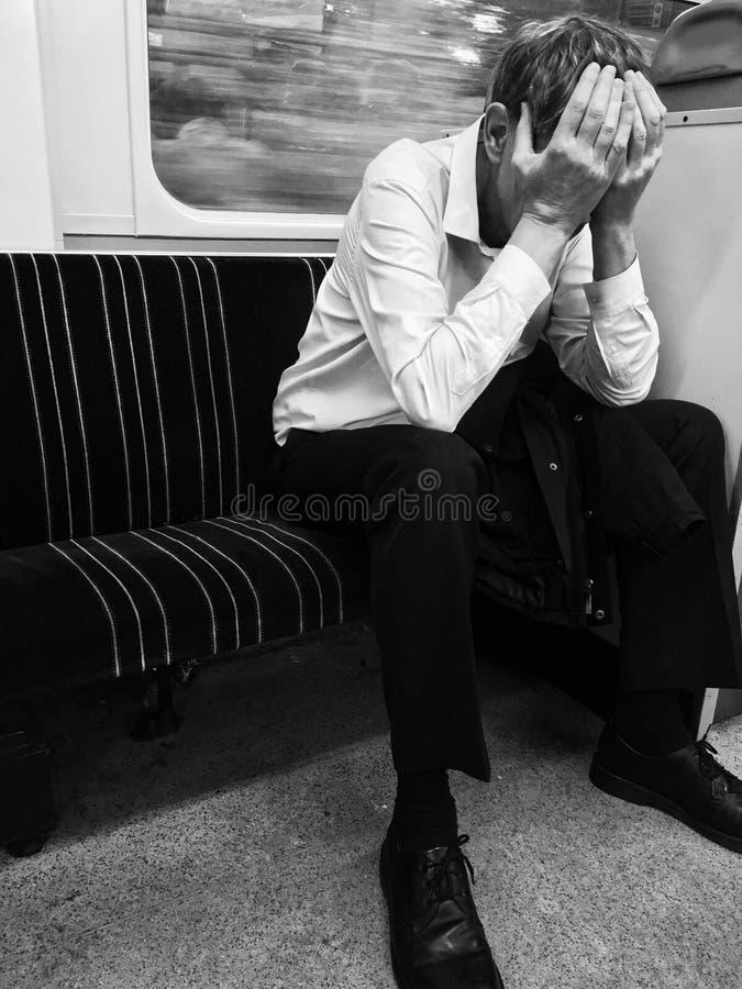 MĘŻCZYZNA obsiadanie NA pociągu Z głową W rękach obraz royalty free