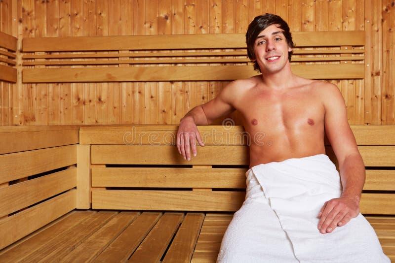 Mężczyzna obsiadanie relaksował w sauna obraz stock