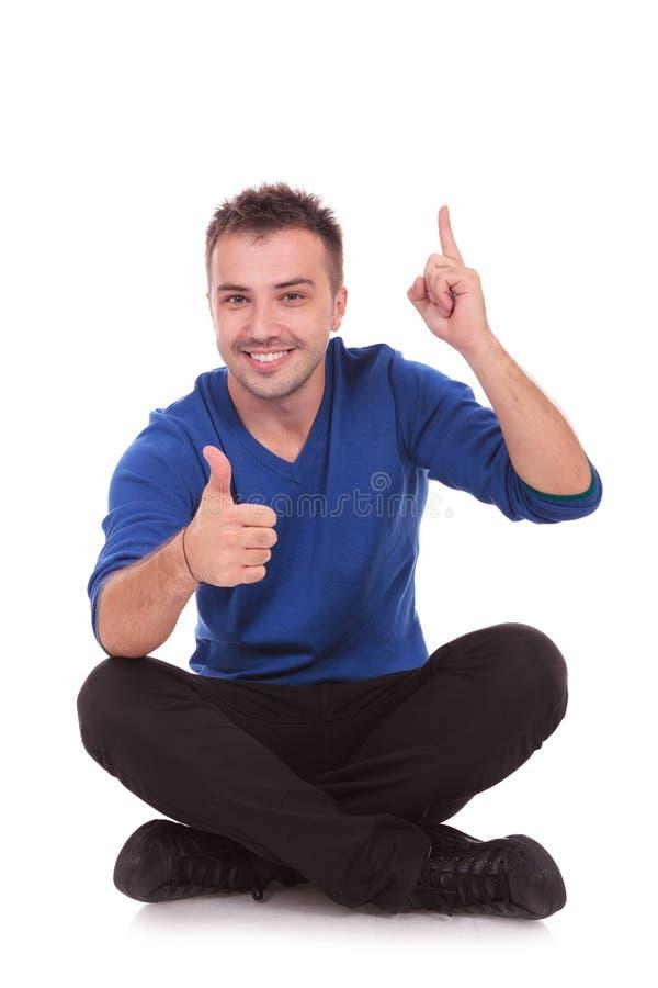Download Mężczyzna Obsiadanie Robi Ok I Wskazuje Up Obraz Stock - Obraz złożonej z portret, ufny: 28955485