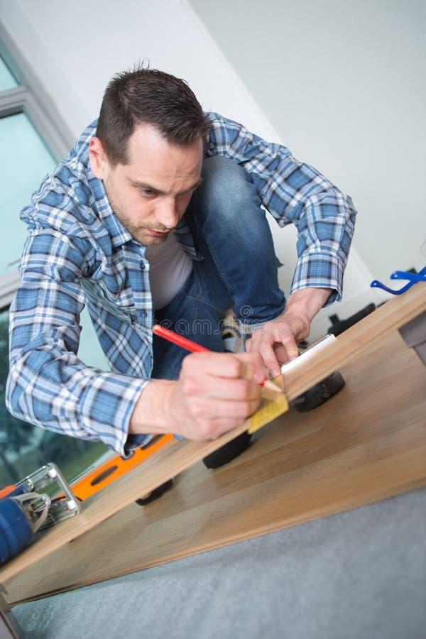 Mężczyzna ocechowania pozycja na floorboard zdjęcie stock