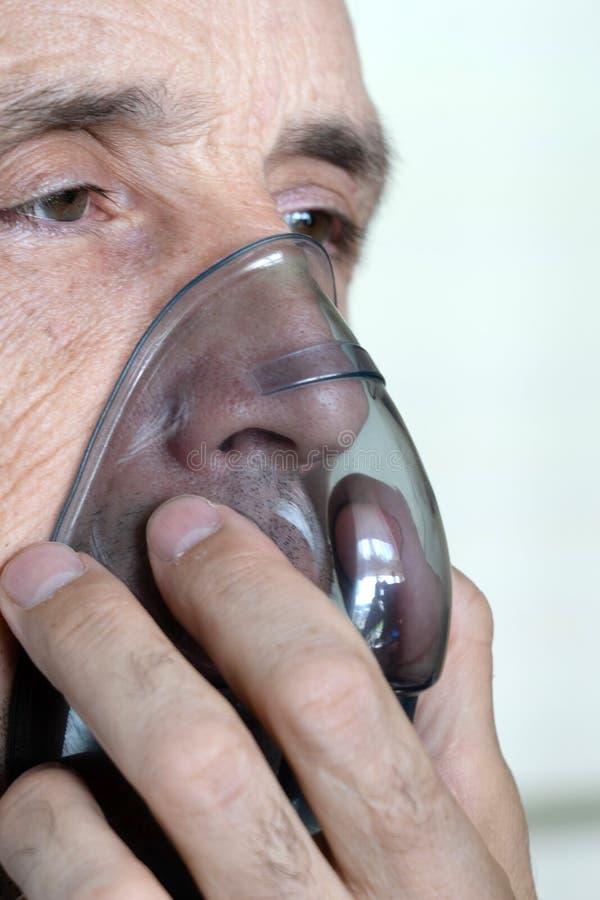 Mężczyzna oddycha tlen przy użyciu maski Zbliżenie starego mężczyzny wdychającego obraz stock