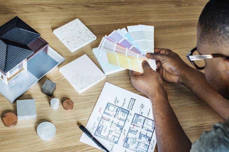 Mężczyzna odnawi domowego planowanie obrazy royalty free