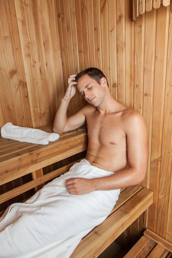 Mężczyzna odpoczynek wśrodku sauna obrazy royalty free