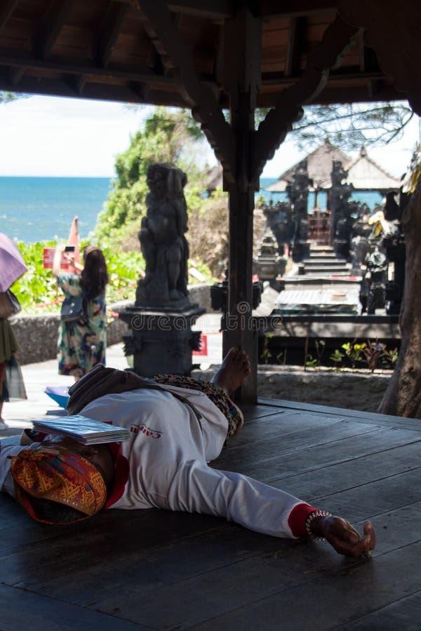 Mężczyzna odpoczynek w cieniu obraz royalty free