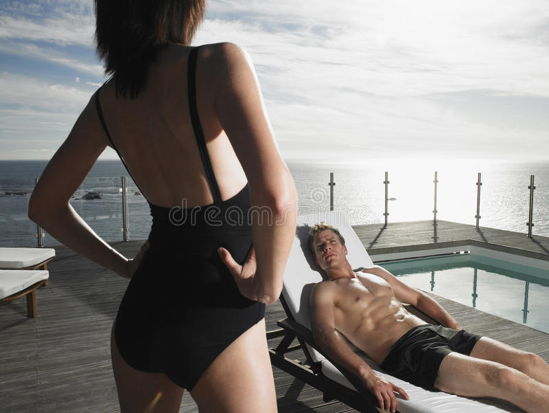 Mężczyzna Odpoczywa Na Deckchair I Patrzeje kobiety zdjęcia royalty free