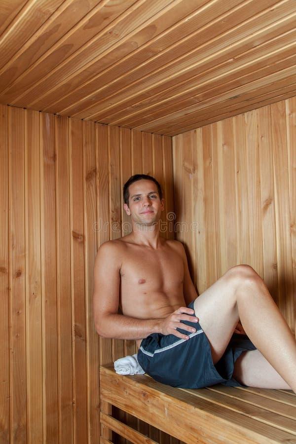 Mężczyzna odpoczywa wśrodku sauna obrazy stock
