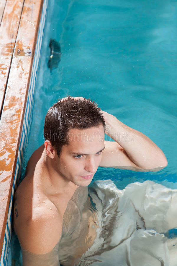 Mężczyzna odpoczywa w basenie zdjęcie stock