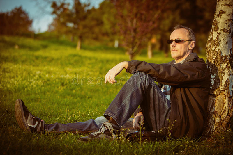 Mężczyzna odpoczywa w naturze fotografia royalty free