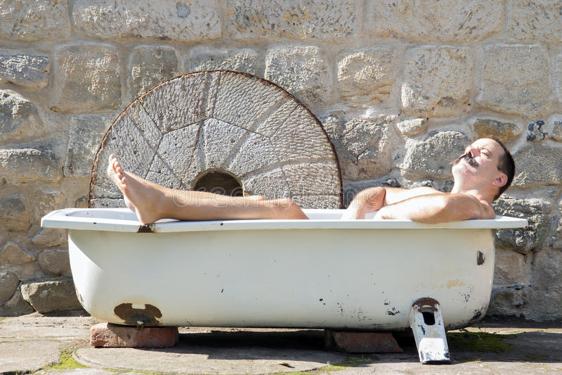 Mężczyzna odpoczywa w wannie obraz royalty free