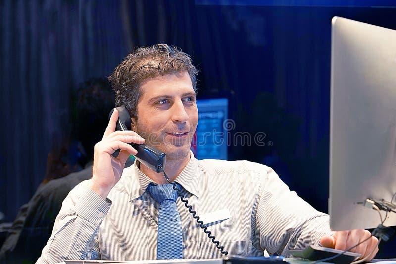 Mężczyzna odpowiadania rozmowy telefonicza obrazy stock