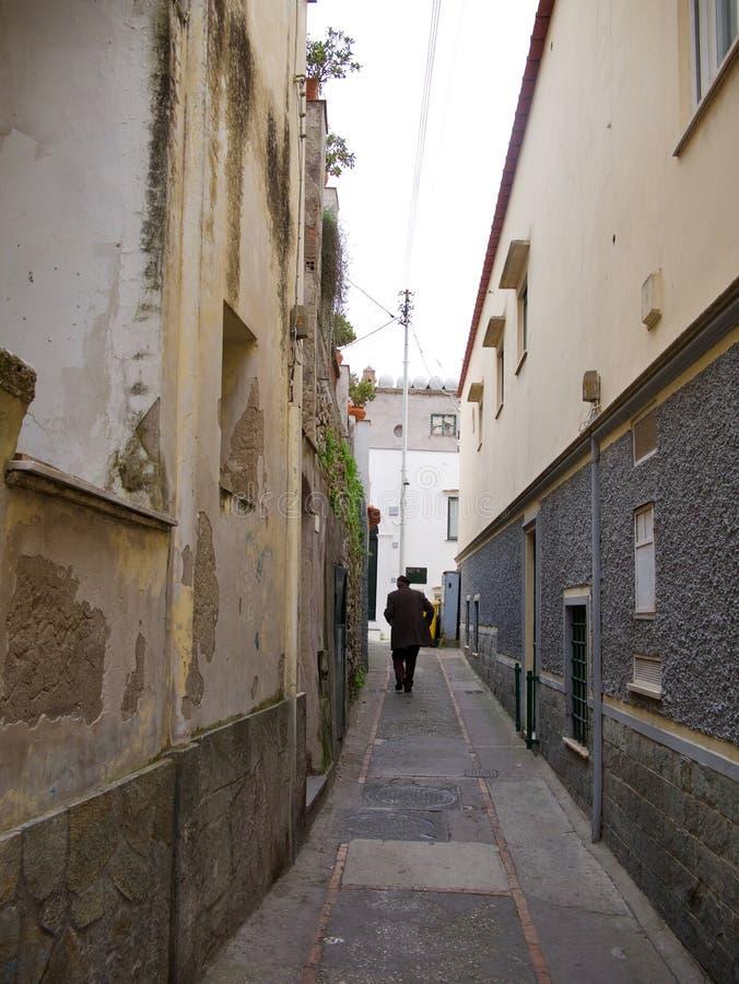 Mężczyzna odprowadzenia puszek wąski miastowy alleyway obrazy stock