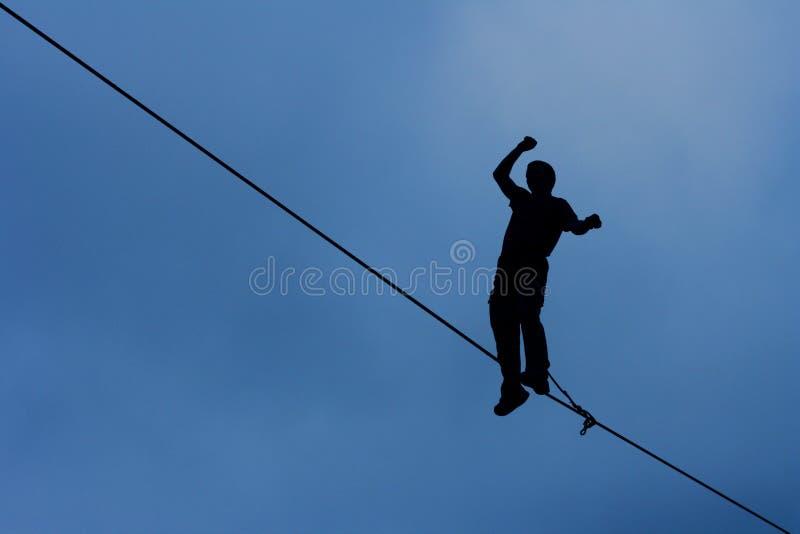 Mężczyzna odprowadzenie na highline obrazy royalty free