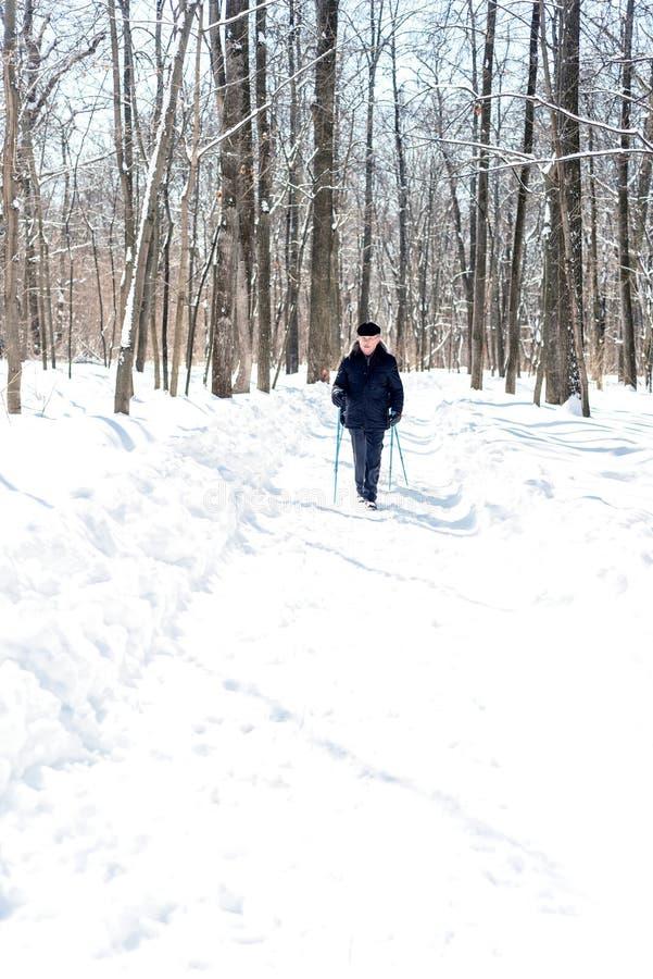 Mężczyzna odprowadzenie w zima lesie w świetle dziennym obrazy royalty free