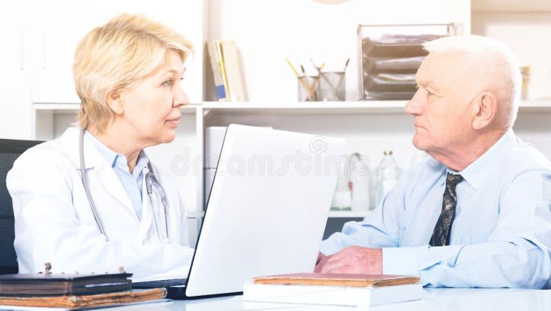 Mężczyzna odwiedza lekarkę w hospita zdjęcia stock