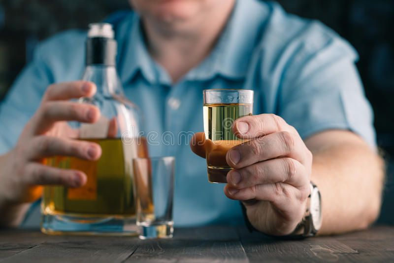 Mężczyzna oferuje whisky Eleganccy mężczyzna utrzymania, chwyty szkło i obraz royalty free