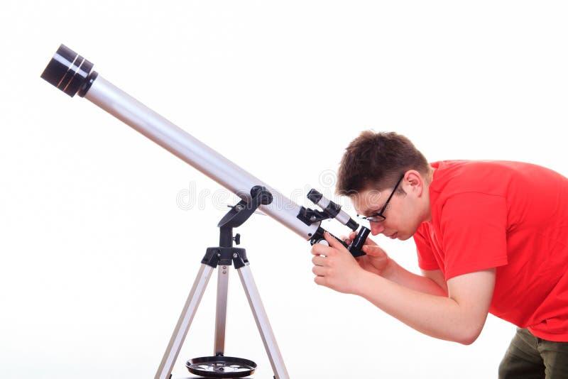 Mężczyzna ogląda gwiazdy przez teleskopu obrazy royalty free