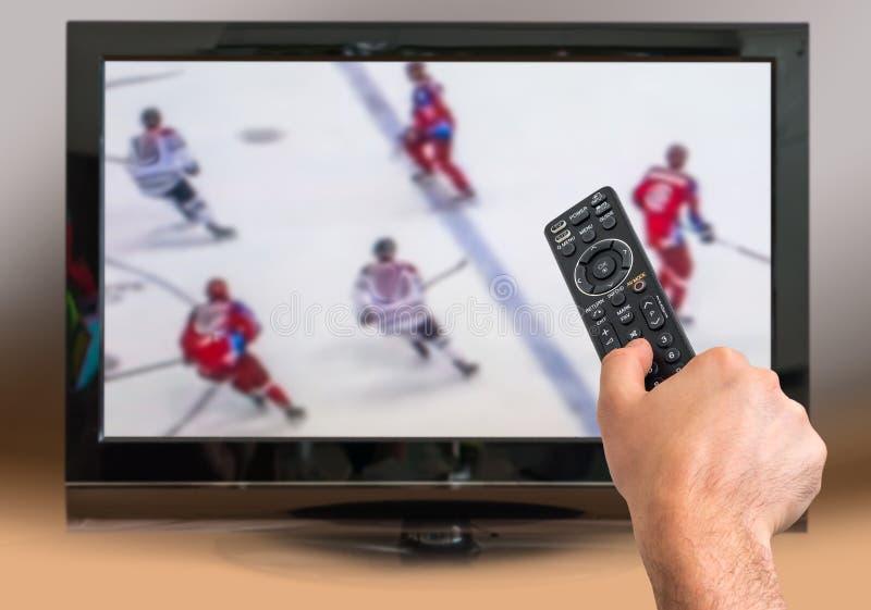 Mężczyzna ogląda hokeja dopasowanie na TV zdjęcia royalty free