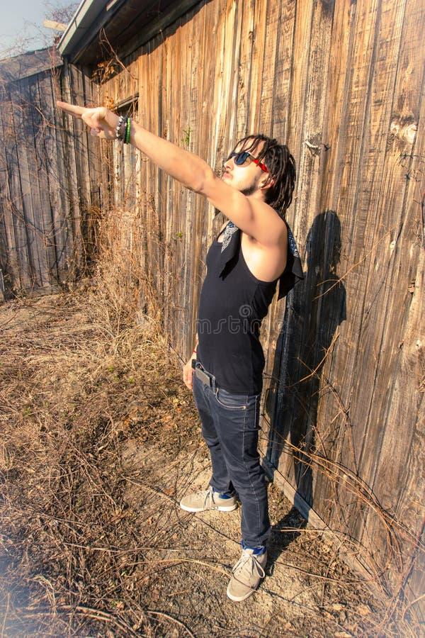 Mężczyzna ogląda i wskazuje słońce zdjęcia royalty free