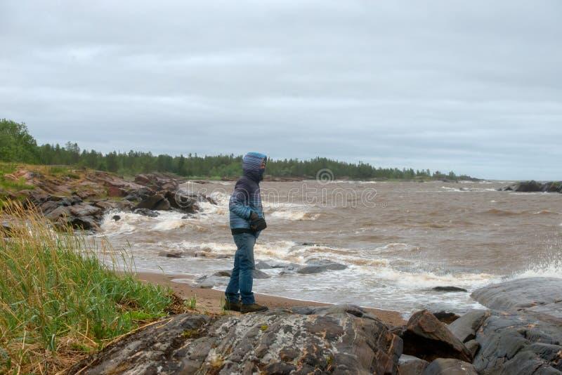 Mężczyzna ogląda morze w pogodzie sztormowej zdjęcia royalty free