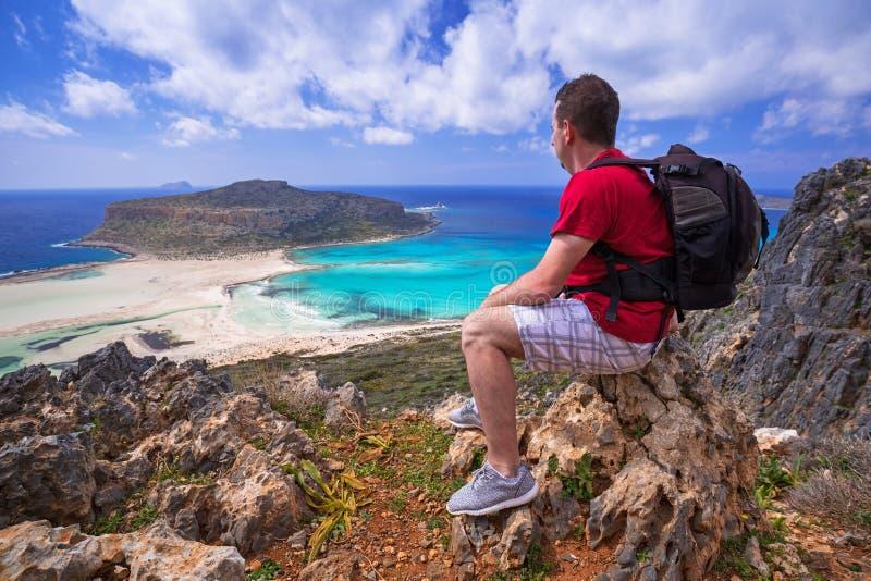 Mężczyzna ogląda piękną Balos plażę na Crete z plecakiem obraz stock