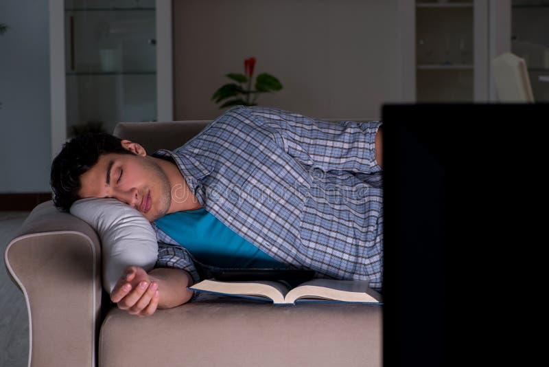 Mężczyzna ogląda tv póżno przy nocą fotografia stock
