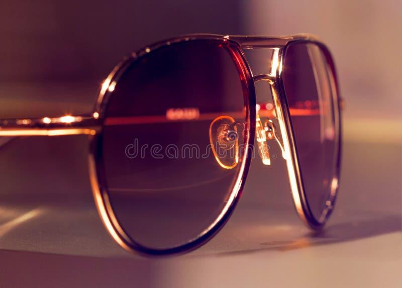 Mężczyzna okularów przeciwsłonecznych brąz zdjęcia royalty free