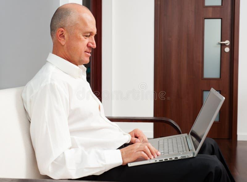 Mężczyzna online w domu fotografia stock