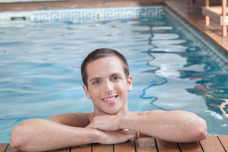 Mężczyzna ono uśmiecha się wśrodku basenu obrazy stock