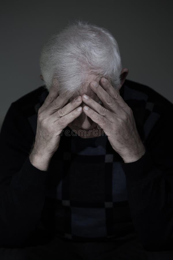 Mężczyzna opłakuje jego gubił miłości fotografia stock