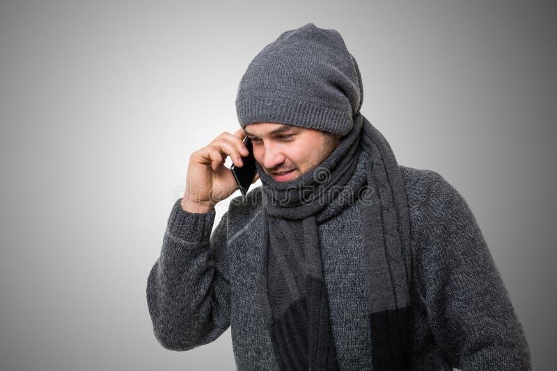 Mężczyzna opowiada na telefonie w winterwear zdjęcia royalty free