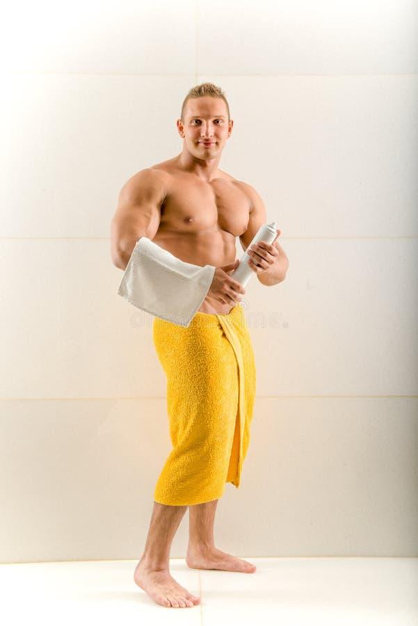 Mężczyzna opryskiwania dezodorant pod jego ręką obraz stock