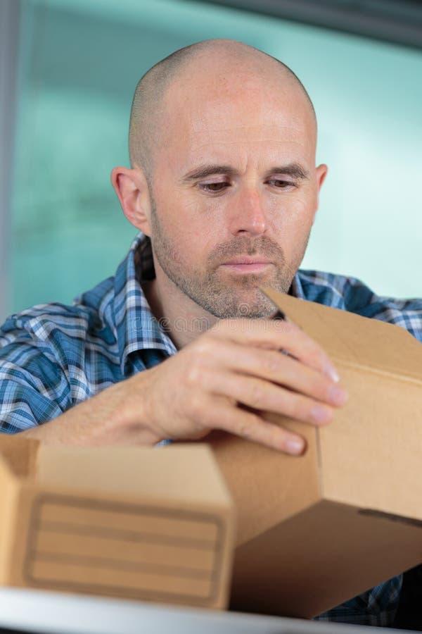 Mężczyzna otrzymywający ekspresowy pakuneczek fotografia royalty free
