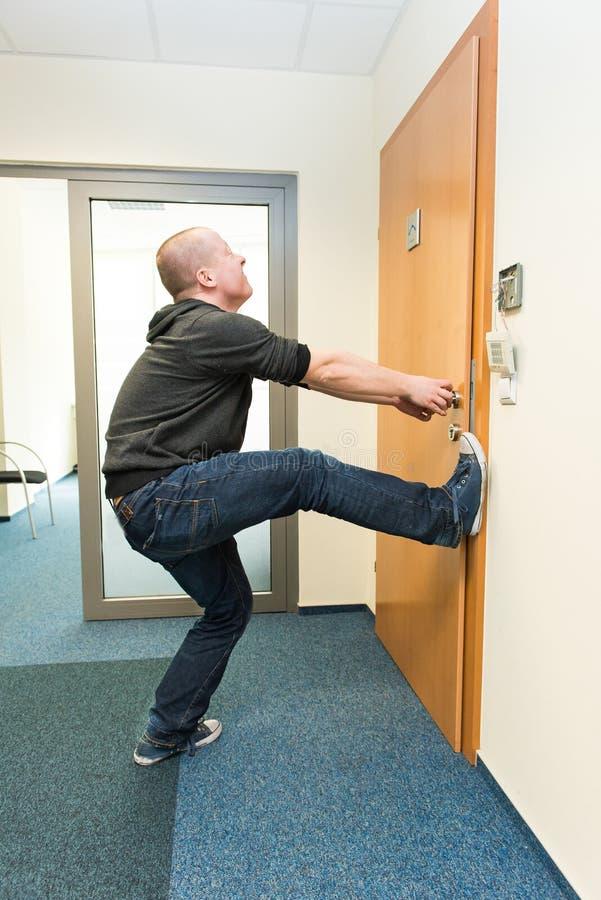 Mężczyzna otwiera drzwiową siłę obraz stock