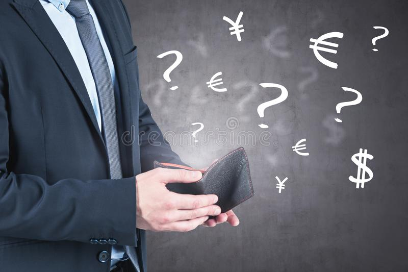 Mężczyzna otwiera portfel, waluta problem, beton zdjęcie royalty free