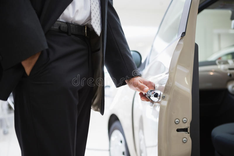 Mężczyzna otwiera samochodowego drzwi zdjęcia stock