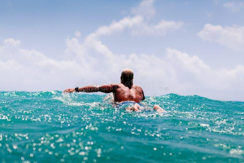 Mężczyzna pływanie na kipieli zdjęcia royalty free