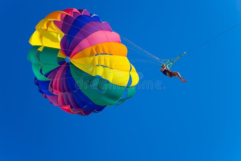 mężczyzna parasailing obraz stock