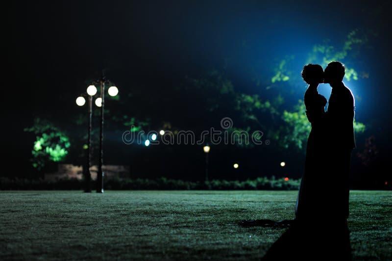 mężczyzna parkowej sylwetek kobiety obrazy stock