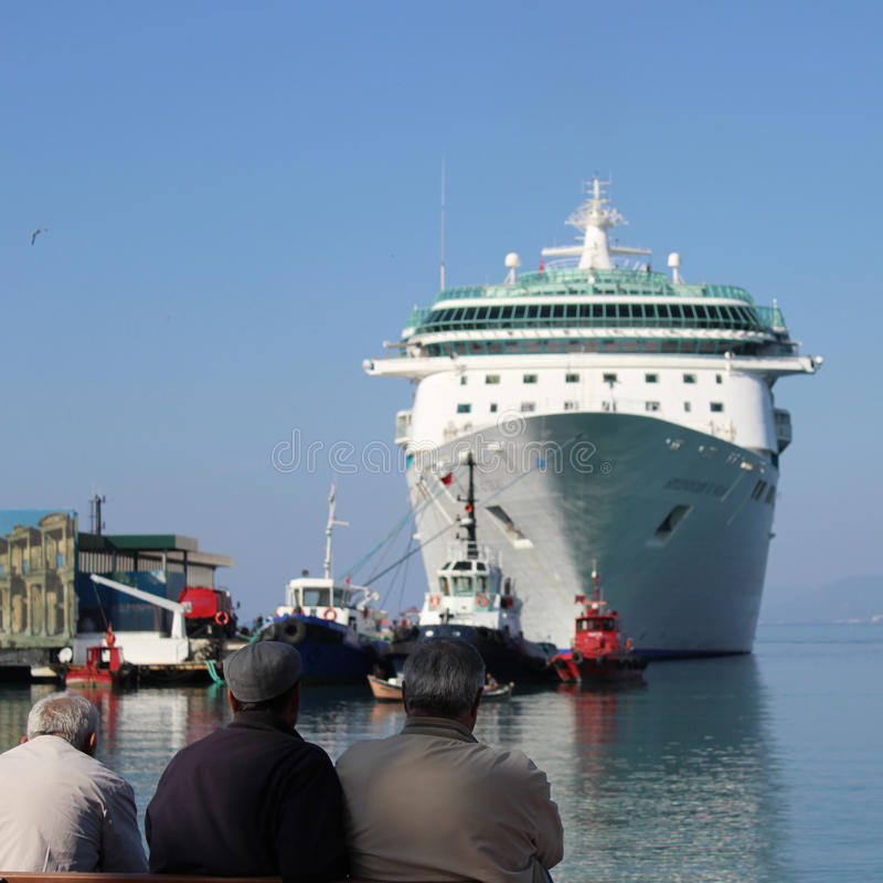 Mężczyzna patrzeje świetność morza zdjęcie royalty free