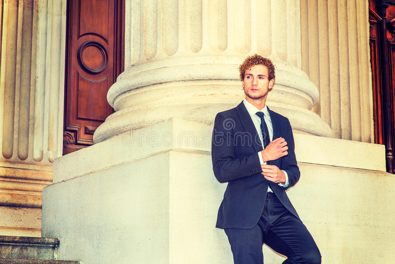 Mężczyzna Patrzeje dla sukcesu zdjęcie royalty free